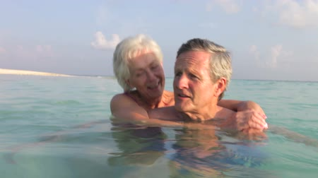 conversando : Senior Couple Relaxing In Tropical Sea Vídeos