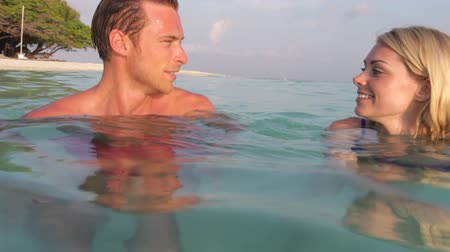 медовый месяц : Couple Relaxing In Tropical Sea