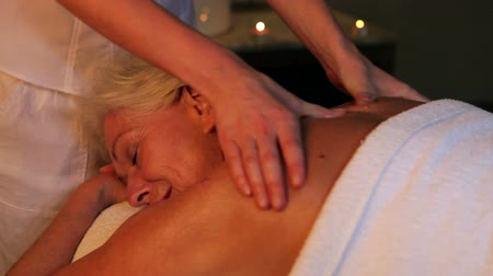 omuzlar : Senior Woman Having Massage In Spa