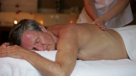 omuzlar : Senior Man Having Massage In Spa Stok Video