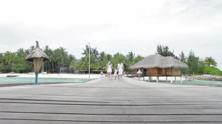 paraíso : Family Walking On Wooden Jetty