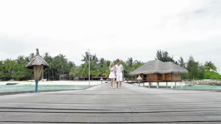 Мальдивы : Couple Walking On Wooden Jetty