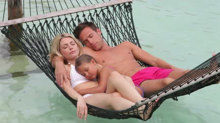 kipiheni magát : Family Relaxing In Beach Hammock