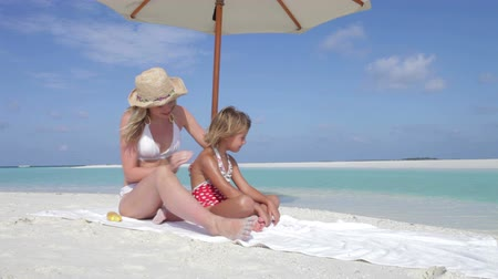 paraíso : Mother Protecting Daughter With Sun Lotion On Beach Holiday