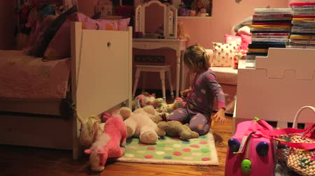 hračka : Time-Lapse Sequence Of Girl Arranging Toys In Bedroom