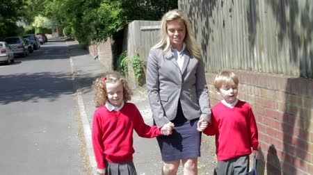 uniforme : Mother Walking To School With Children On Way To Work