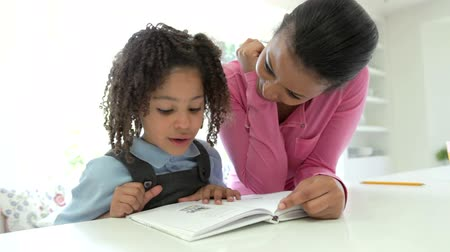 ler : Mother Helping Daughter With Homework Vídeos