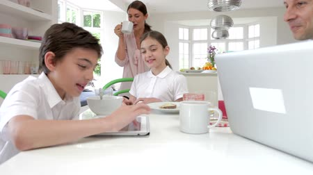 kahvaltı : Family Using Digital Devices At Breakfast Table Stok Video