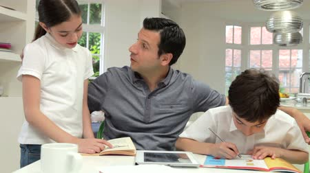 домашнее задание : Father Helping Children With Homework Стоковые видеозаписи