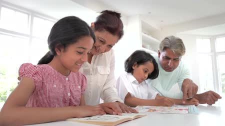 hint : Grandparents Helping Grandchildren With Homework Stok Video