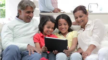 país : Multi-Generation Indian Family With Digital Tablet