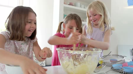 miska : Three Little Girls Making Cake Together Wideo