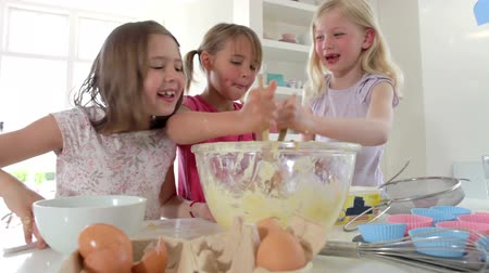 śmiech : Time Lapse Sequence Of Three Girls Making Cake Together