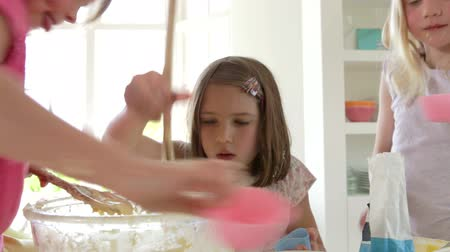 queque : Three Little Girls Making Cake Together Vídeos