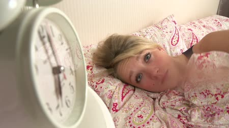 poplach : Teenage Girl Waking Up In Bed And Turning Off Alarm Clock Dostupné videozáznamy