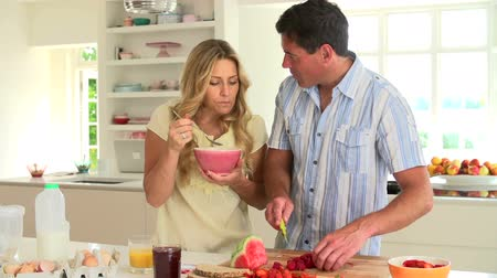 kahvaltı : Couple Having Breakfast In Kitchen Stok Video