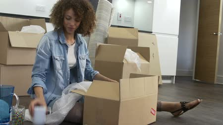subir : Woman Packing Boxes Ready For House Move Vídeos