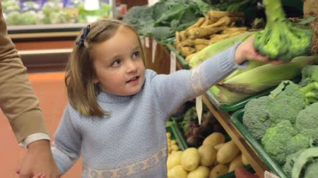 супермаркет : Family Choosing Fresh Vegetables In Farm Shop Стоковые видеозаписи