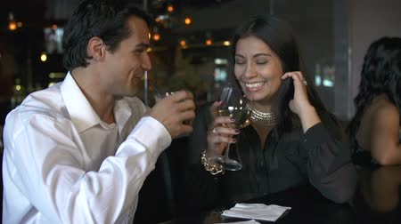bares : Couple Enjoying Drink At Bar Together