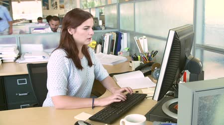 discussão : Woman Working At Computer In Modern Office Stock Footage