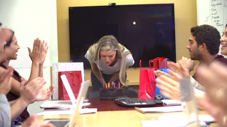 werknemers : Arbeiders Vieren collega's Birthday In Office Stockvideo