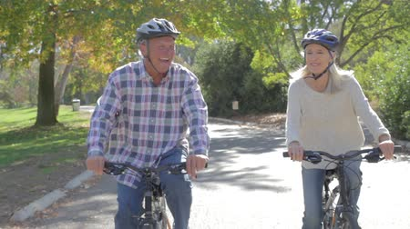hareketli : Senior Couple On Cycle Ride In Countryside