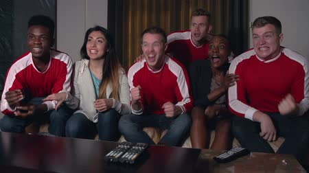 fans de foot : Sports Fans Regarder Game On TV At Home In Slow Motion
