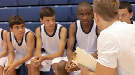 koç : Male High School Basketball Team Having Team Talk With Coach Stok Video