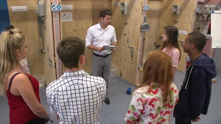 elektryk : Teacher Helping Students Training To Be Electricians