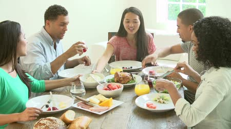 друзья : Group Of Friends Enjoying Meal At Home Together