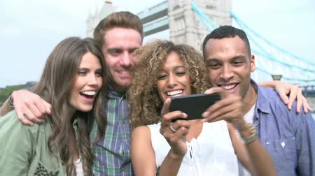 freund : Gruppe Freunde nehmen Selfie von Tower Bridge in London Videos
