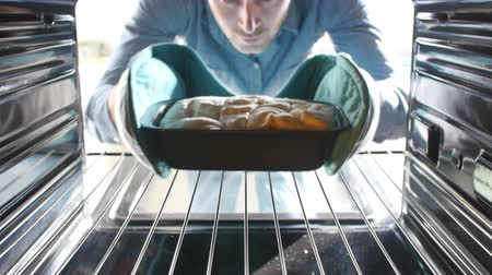 forno : Man Putting Bread Into Oven To Bake Vídeos
