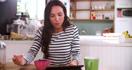 pronto a comer : Young Woman Eating Breakfast Whilst Using Digital Tablet
