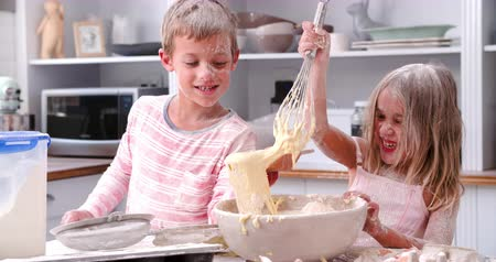 confecção : Children Having Messy Fun Baking In Kitchen