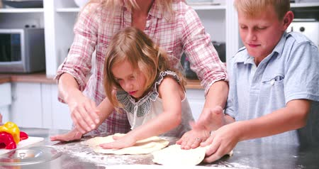 mutfak : Family Making Pizza In Kitchen Together