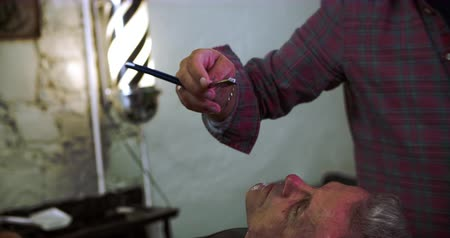 hrdlo : Barber Shaving Client With Cut Throat Razor