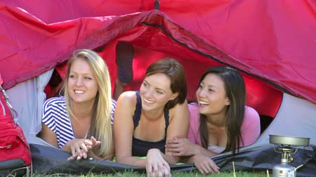 kamperen : Drie Jonge Vrouwen Op Camping Holiday Together Stockvideo