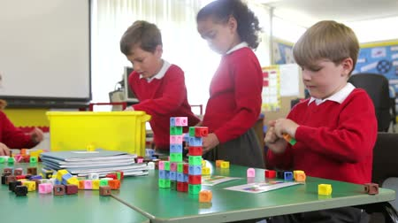 элементарный : Pupils Working With Coloured Blocks