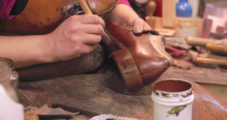 warsztat : Bespoke Shoemaker Staining And Polishing Leather Of Shoe Wideo