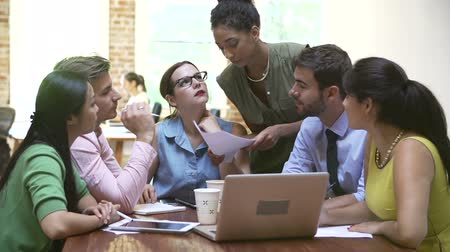 discussão : Group Of Office Workers Meeting To Discuss Ideas Stock Footage