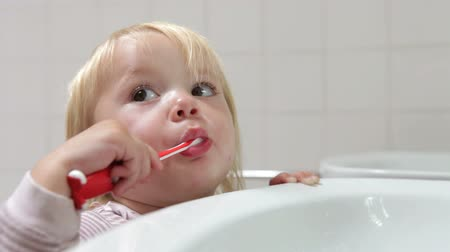 banyo : Young Girl In Bathroom Brushing Teeth Stok Video