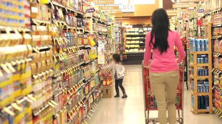 corredor : Mother And Daughter Shopping In Supermarket