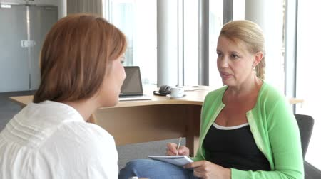 conversando : Woman Talking To Female Counsellor In Office