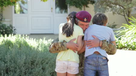 soldados : Soldier Returning Home And Greeted By Children