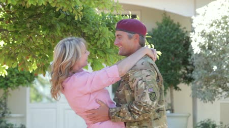 soldados : Portrait Of Soldier Returning Home With Teenage Family