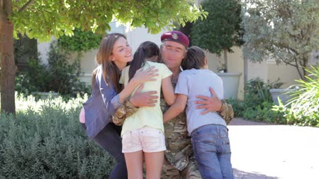 soldados : Soldier Returning Home And Greeted By Family