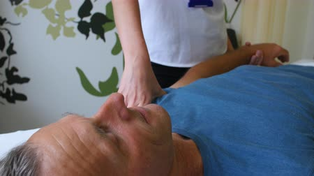 fizjoterapeuta : Male Patient Working With Physiotherapist In Hospital