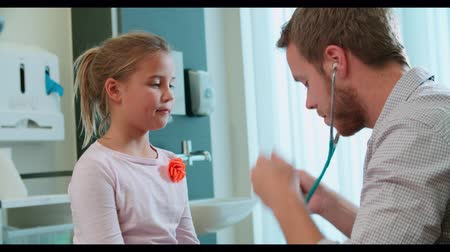 puls : Pediatric Doctor Examining Girl In Surgery