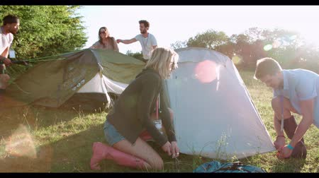 kamp : Group Of Young Friends Pitching Tents On Camping Holiday
