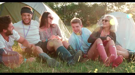 kamp : Group Of Friends Relaxing Outside Tents On Camping Holiday